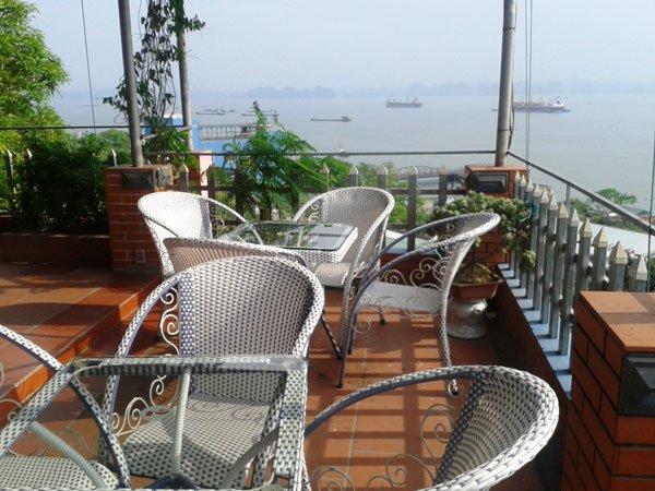 cafe-on-boat-halong-bay